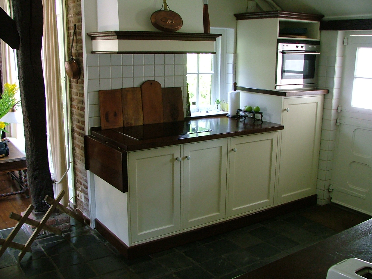 Een landelijke keuken met massief houten elementen.