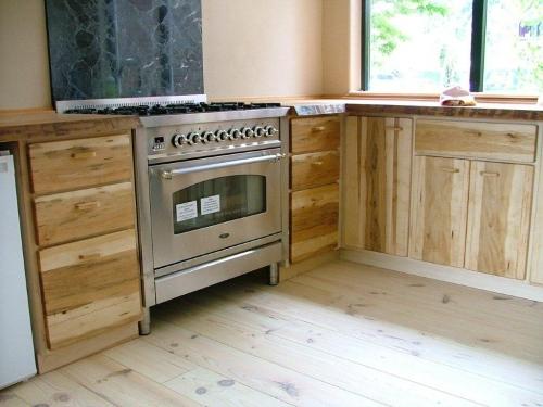 Ecologische keuken met houten kasten en een houten keukenblad.
