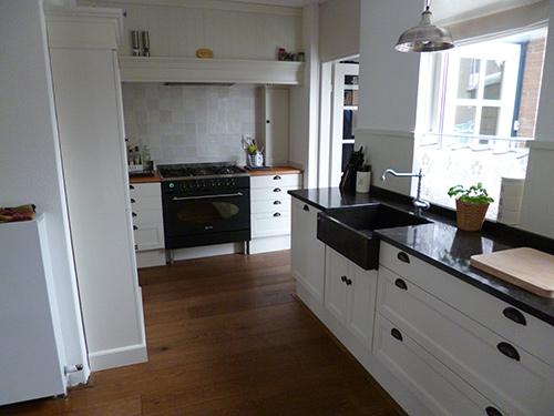 Maatwerk landelijke keuken met twee afzonderlijke keukenblokken.