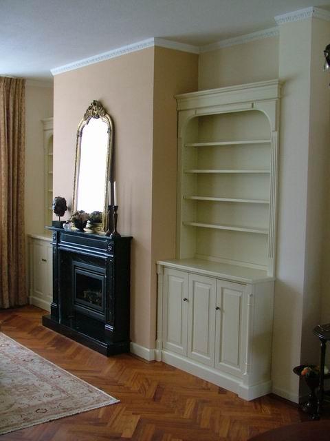 Blanke boekenkast in klassieke stijl, op maat gemaakt.