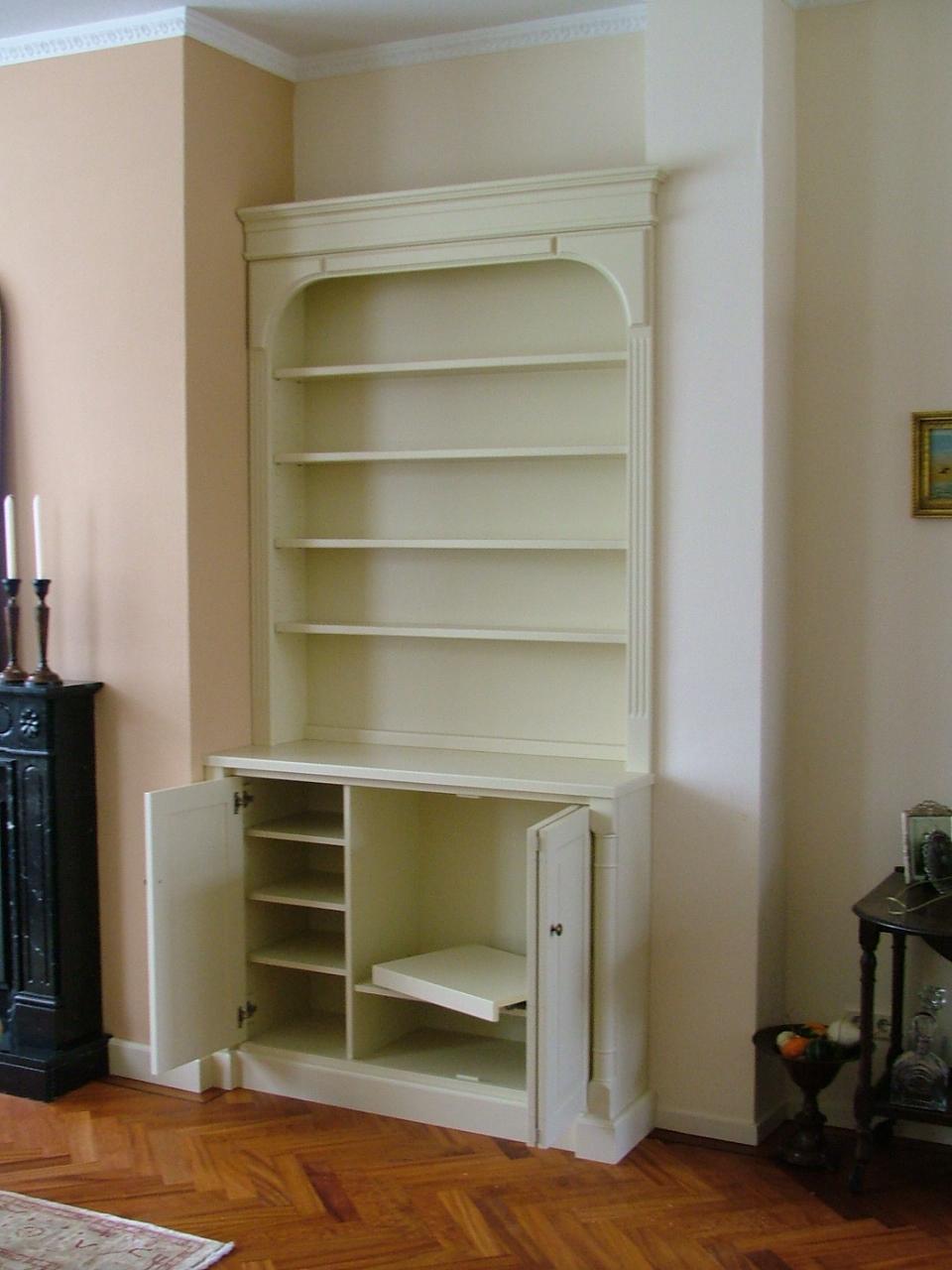 Boekenkast van blank hout, op maat gemaakt.