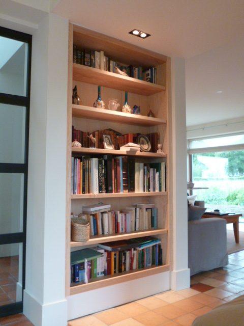 Ingebouwde boekenkast, speciaal op maat gemaakt.