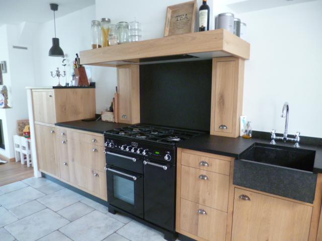 Keuken met landelijk design, op maat gemaakt met houten kasten.