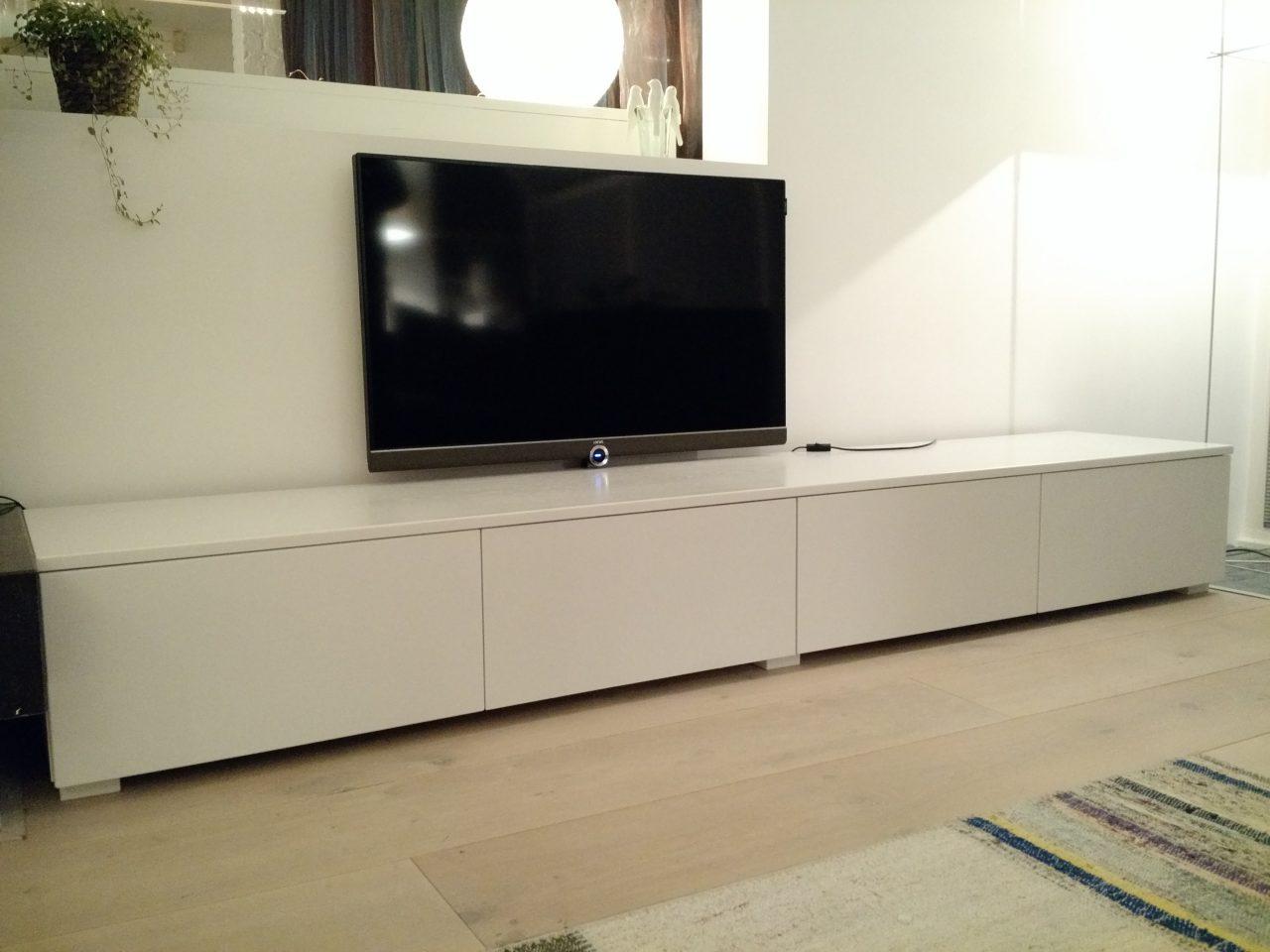 Witte tv meubel, op maat gemaakt met houten lades.