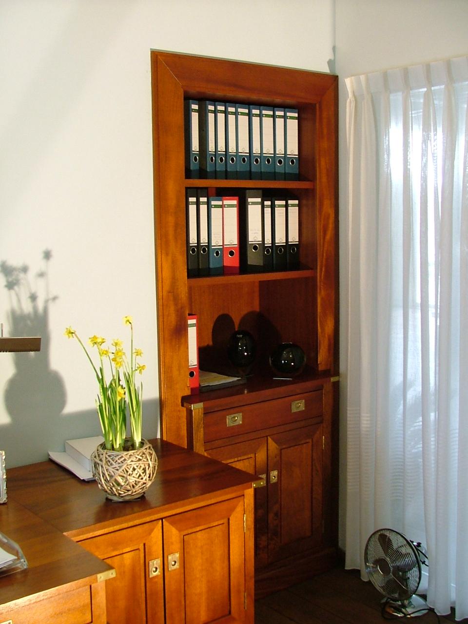 Inbouwkast, onderdeel van op maat gemaakt bureau.