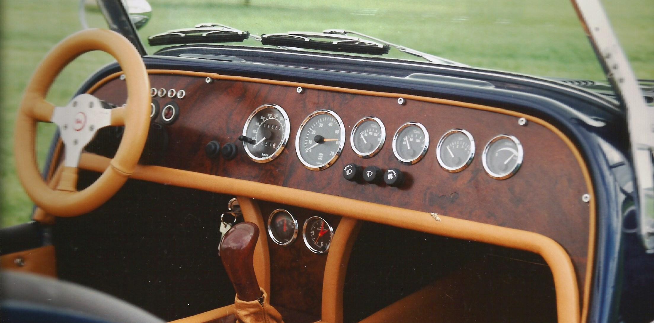 In deze prachtige zelfbouw Ford mag een notenhouten dashboard uiteraard niet ontbreken.