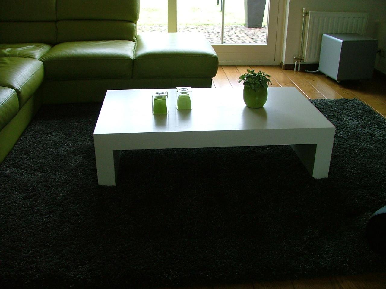 Strak en moderne salontafel voorzien van een zijdeglans witte 2k lak