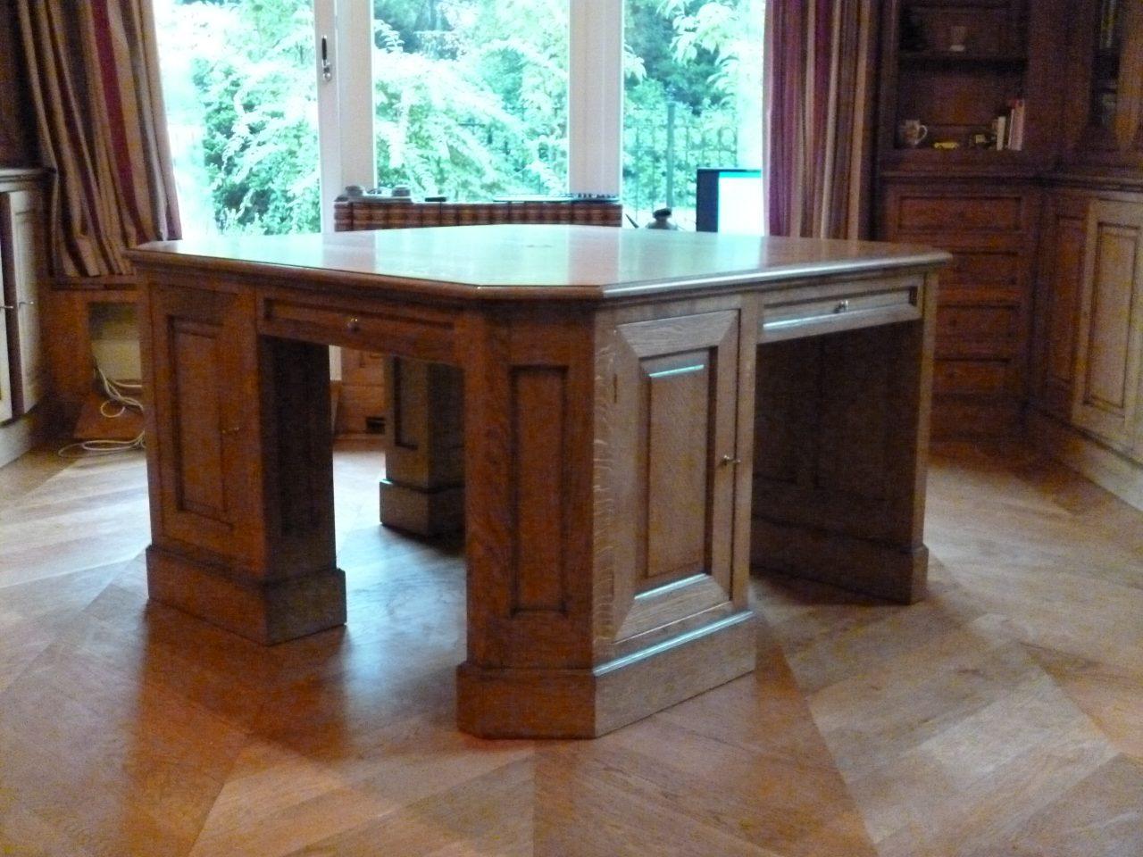 Klassiek bureau van massief eikenhout, op maat gemaakt. 4 werkplekken kabelgoten