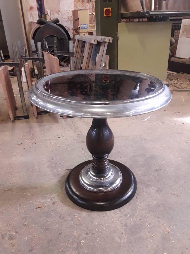 """Deze """"rooktafel"""" weer in originele staat hersteld Deze """"rooktafel"""" was z'n originele voet kwijt"""