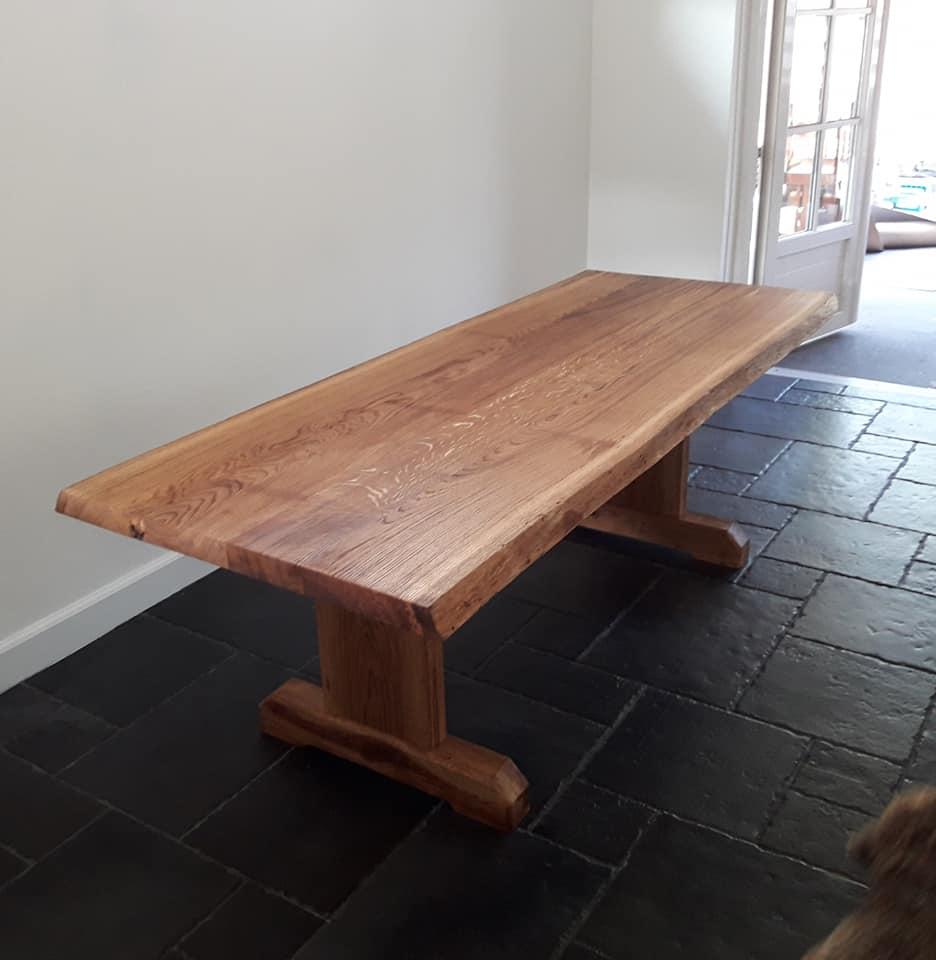 Eiken houten tafel met olie afgewerkt. De omgewaaide oude eik van achter het ouderlijk huis kreeg een tweede leven.