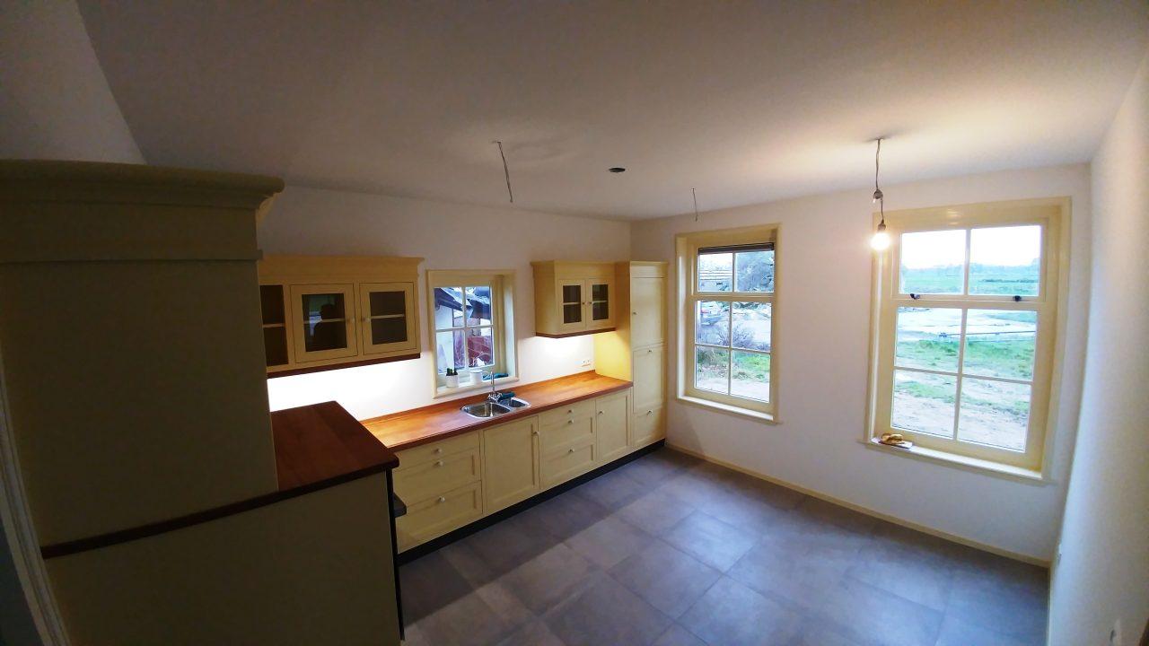 Massief houten ecologische keuken in landelijke stijl met een geolied beuken werkblad en porseleinen grepen. compleet gemonteerd, geïnstalleerd en getest in slechts 2 dagen.