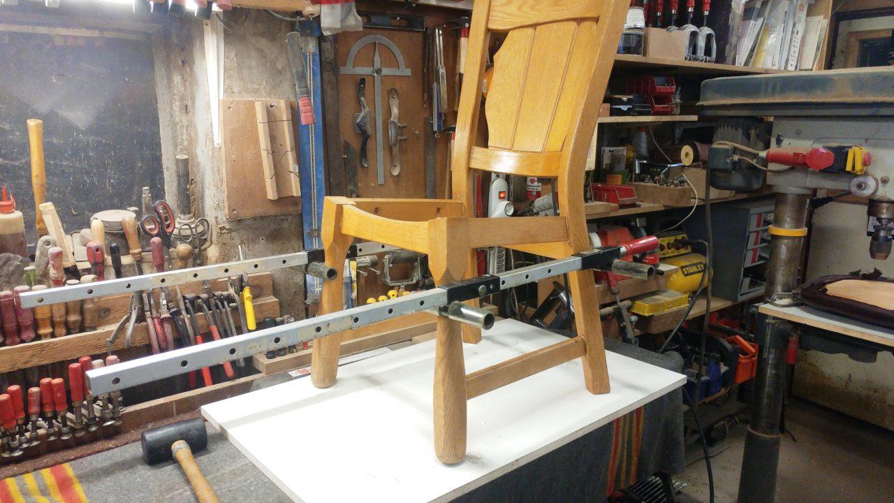 De stoel wordt deskundig gedemonteerd, verbindingen worden gereinigd en opnieuw verlijmd !