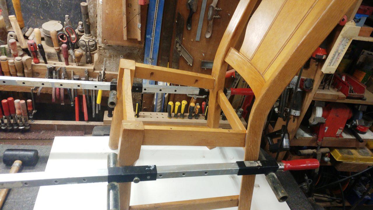 """De stoel wordt deskundig gedemonteerd, verbindingen worden gereinigd en opnieuw verlijmd ! Waar nodig wordt een """"kapotte"""" verbinding hersteld. Uw stoel kan weer jaren mee !"""