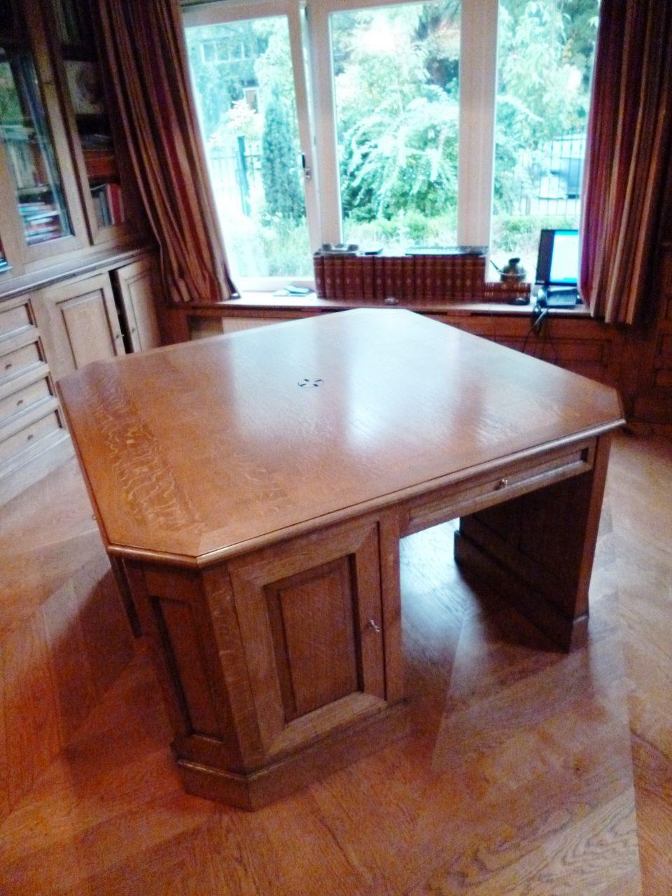 Zwaar vierkanten bureau met 4 werkplekken